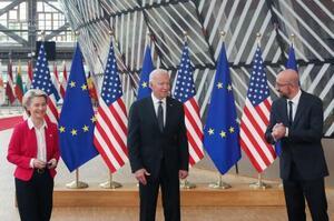15日、ブリュッセルで話をするバイデン米大統領(中央)と欧州連合(EU)首脳(ロイター=共同)