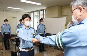 マイスターの指定書を受け取る県警交通指導課の奈良崎将史警部補=佐賀県警