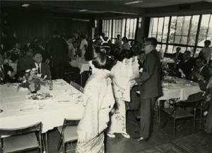 1967(昭和42)年に出版された県酒造史の発刊披露会。大勢の関係者が祝った=佐賀市与賀町の旧酒造会館(県酒造組合提供)