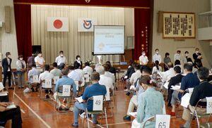 組織の体制や今後の取り組みなどを確認した須古地区地域づくり協議会の設立総会=白石町の須古小体育館
