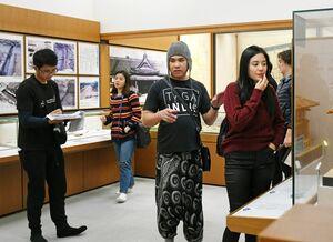 佐賀城本丸歴史館で行われた来年公開予定のフィリピン映画の撮影。中央で指示を出すのはイージー・フェレール監督=佐賀市