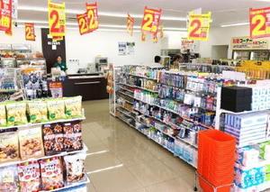 レイアウトを刷新し、売り場面積を拡大したセブン―イレブンの新型店=8月、東京都町田市
