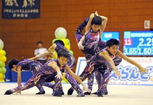 17.750点の高得点をマークし、男子団体で優勝した神埼ジュニアクラブ=佐賀市の県総合体育館
