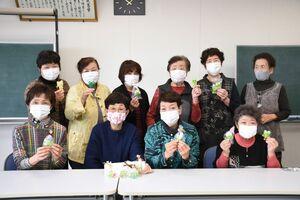 今年のお守りを作った江北町交通安全母の会の本部役員の人たち=同町