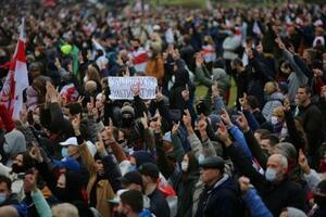 25日、ベラルーシの首都ミンスクで、抗議デモに参加した人々(ロイター=共同)