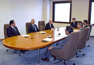 佐賀県議会の選挙区と定数を検討する委員会の初会合=県議会棟