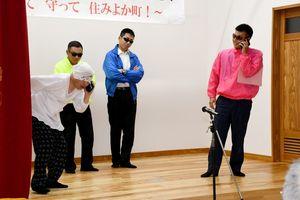 詐欺に遭う高齢者役(左端)と犯人グループ役の駐在所員たち=佐賀市大和町の松梅公民館