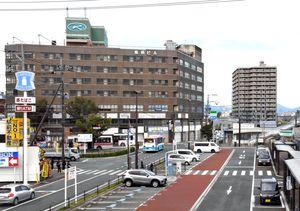 駅周辺整備で駅西側広場の拡張用地として解体される鳥栖ビル(左奥)。右側はJR鳥栖駅