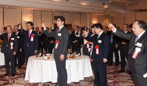武雄市新年賀詞交歓会で乾杯する出席者=武雄センチュリーホテル