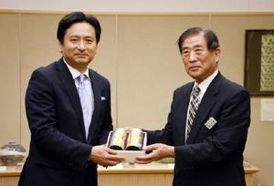 谷口太一郎市長(右)からうれしの茶の新茶を受け取る山口祥義知事=佐賀県庁