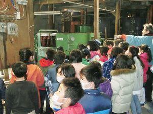 校外学習で見学に訪れ、武廣さんの話を聞く児童=佐賀市の旧枝松酒造
