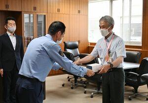 白仁田浩司署長(左)から感謝状を受け取る松田健司さん=佐賀市の佐賀南署