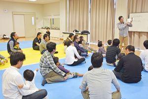 講座では絵本の読み聞かせや、出てくる動作などをまねたりして親子がふれあった=神埼市の千代田町保健センター