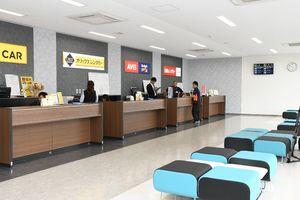 レンタカー会社6社が並び、広い待合スペースがある「レンタカーターミナル」内