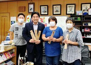 「オープン町長室」を訪れた福祉施設関係者と町長(左から2人目)