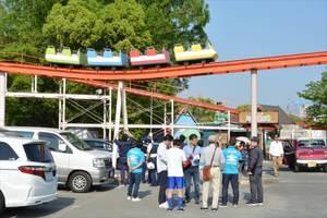 約5メートルの高さで停止したジェットコースター=4月28日午後、佐賀市神園の神野公園こども遊園地