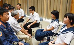 さまざまな職業や年代の大人と語り合った東脊振中の生徒=吉野ヶ里町のきらら館