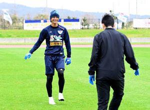 9日ぶりにグラウンドでボールを使った練習を再開したDF高橋祐治=沖縄県の読谷村陸上競技場