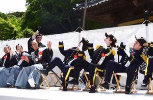 下田条約の調印式を再現した寸劇をコミカルに演じる出演者=18日午後、静岡県下田市の了仙寺