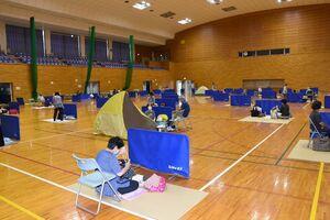早くから多くの人が避難した基山町総合体育館。テントなどでスペースを確保する人も見られた=基山町宮浦
