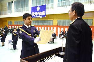 原恭二学校長から卒業証書を受け取る大久保琢磨巡査=佐賀市の県警察学校