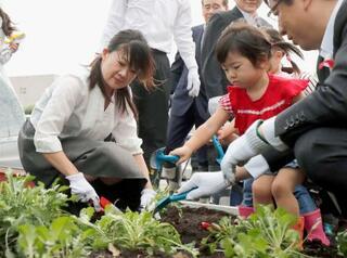 熊本地震遺族が病院に花の苗