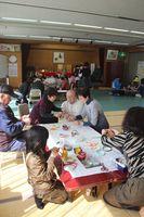 公民館の2階で小物作りや折紙などを楽しむ参加者の皆さん