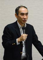 安倍政権の経済政策について解説した中西一佐賀大教授=佐賀市の佐賀大学