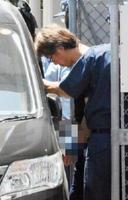 送検のため、移送車に乗り込む斎藤靖昭容疑者=2日午前11時半ごろ、唐津市の唐津警察署(画像の一部を加工しています)