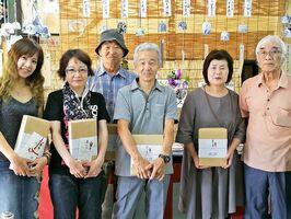 優勝した砂窯の梶原眞砂子さん(左)や入賞者ら=有田町本町の有田一番館