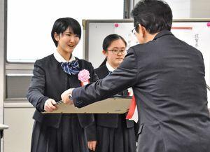 白水教育長(右)から表彰状を受け取る佐賀女子高の前田栞さん=県庁