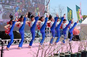 元気いっぱいのダンスでランナーを励ました川副スポーツクラブキッズチアダンスのメンバー=県総合運動場