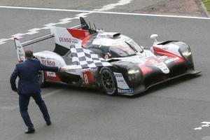 自動車耐久レースの第87回ルマン24時間で2連覇を達成した、中嶋一貴が運転するトヨタ8号車=16日、ルマン(AP=共同)