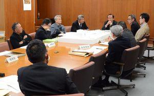 構想段階から規模を縮小して建設する方針を確認した検討委員会=鹿島市役所