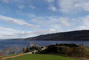 英北部スコットランドのネス湖のほとりに立つ城=3月8日(ロイター=共同)