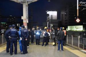 山陽新幹線岡山駅で人が線路内に立ち入り、ホームに集まった警察官や駅職員ら=20日午後
