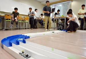 全国から集まった16台が競ったミニ四駆大会=佐賀市の佐賀大学本庄キャンパス