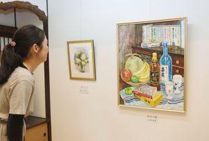 生き生きとした筆致で描いた絵画約30点が並ぶ=佐賀市与賀町の山口亮一旧宅