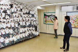 啓成中は、遠目では写真に見えてしまう巨大な升目画などを展示した=伊万里市の伊万里駅通商店街