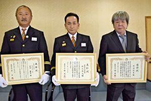 右から火災時に住民を救助した野崎哲男さん、長年の功績を表彰された消防団員の梶山義人さん、前田義長さん=唐津市役所