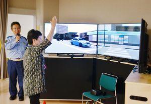 VR歩行環境シミュレーターで横断歩道を渡る参加者=唐津市の高齢者ふれあい会館りふれ