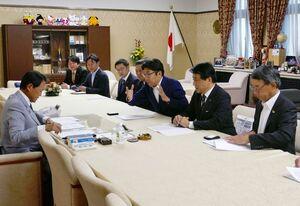 麻生財務相(左側)に災害ごみなどへの対応について要望する(右手前から)水川町長、横尾市長、小松市長=東京・霞が関の財務省