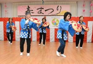 カラフルなかさを使った日舞を披露する入寮者=神埼市の佐賀整肢学園かんざき日の隈寮