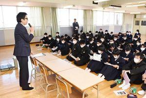 江島貴之記者の出前授業に聞き入る生徒たち=上峰町の上峰中