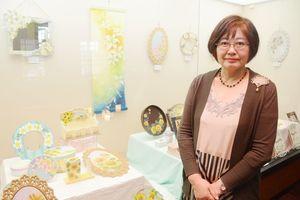 生徒による作品と太田敏子さん=佐賀市柳町の旧古賀銀行