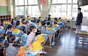教室では新型コロナウイルスの感染防止対策のため、机の間隔をできるだけ空けて窓を開放した=伊万里市の大坪小