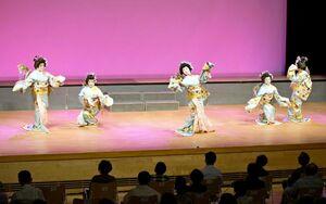 嬉野伝統芸能保存会の1周年公演で舞踊を披露する同会メンバーら=嬉野市社会文化会館