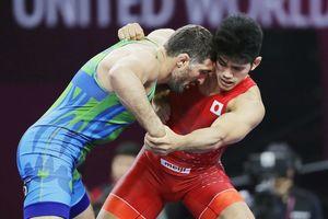 男子グレコローマン87キロ級3位決定戦 ウズベキスタン選手(左)と対戦する角雅人=西安(共同)
