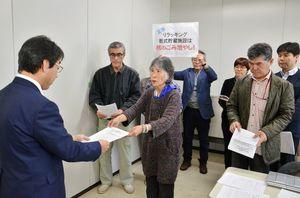 九州電力が玄海原発への新設を計画する乾式貯蔵施設などについて、安全協定に基づく事前了解をしないように佐賀県に求めた反原発団体のメンバー=佐賀県庁