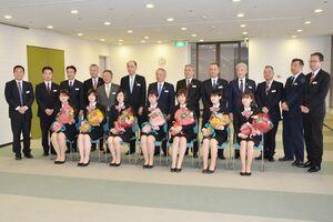 式を終え、役員、各支店長らと記念撮影する新成人=佐賀市の佐賀銀行本店